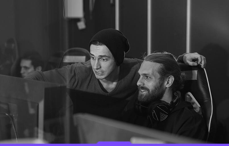 dwóch graczy patrzy w komputer